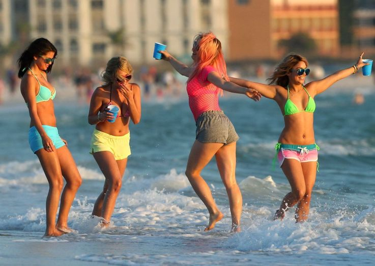 spring-breakers-girls-beach