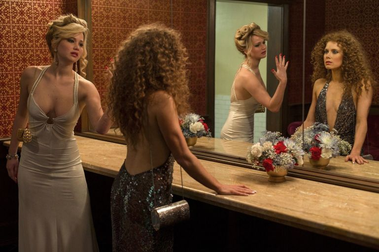 american-hustle-jennifer-lawrence-amy-adams-bathroom
