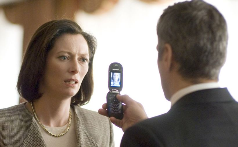 michael-clayton-tilda-swinton-george-clooney-cell-phone