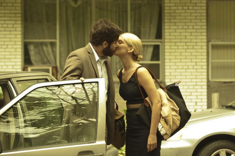 jake-gyllenhaal-melanie-laurent-kiss-enemy
