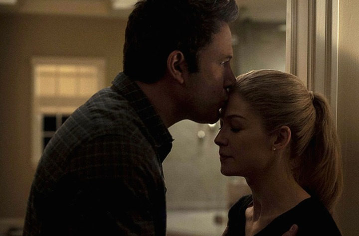 fincher-females-gone-girl-rosamund-pike-ben-affleck-kiss