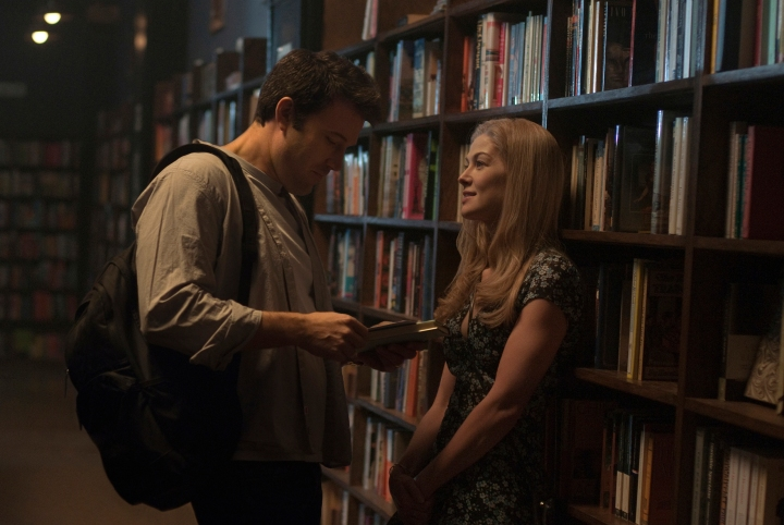 gone-girl-ben-affleck-rosamund-pike-book-store