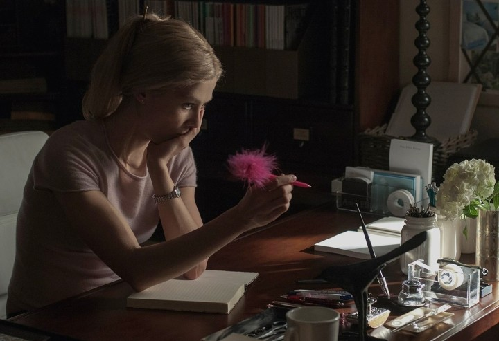 gone-girl-rosamund-pike-amy-dunne-pen-twist