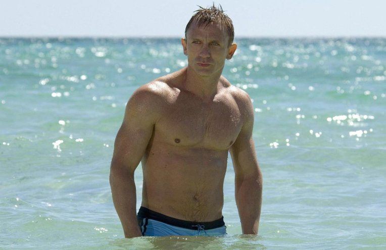 Daniel-Craig-shirtless-beach-muscle-bathing-suit-james-bond-Casino-Royale