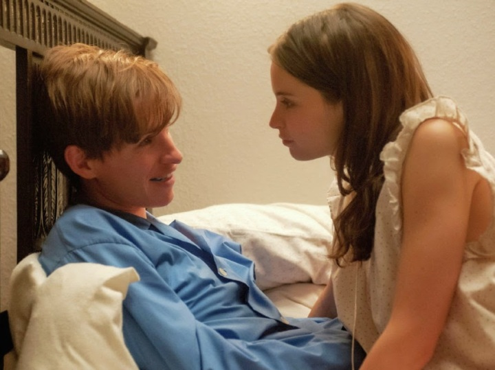 eddie-redmayne-felicity-jones-theory-of-everything-in-bed