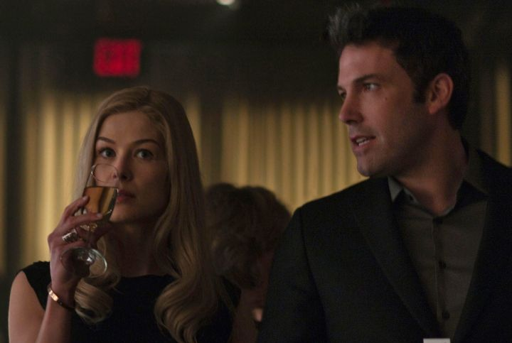 gone-girl-ROSAMUND-PIKE-BEN-AFFLECK-CHAMPAGNE