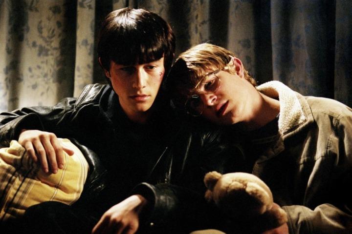 mysterious-skin-joseph-gordon-levitt-brady-corbett-gay-romance
