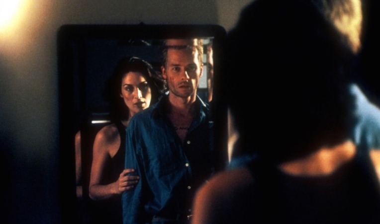 memento-guy-pearce-carrie-ann-moss-mirror