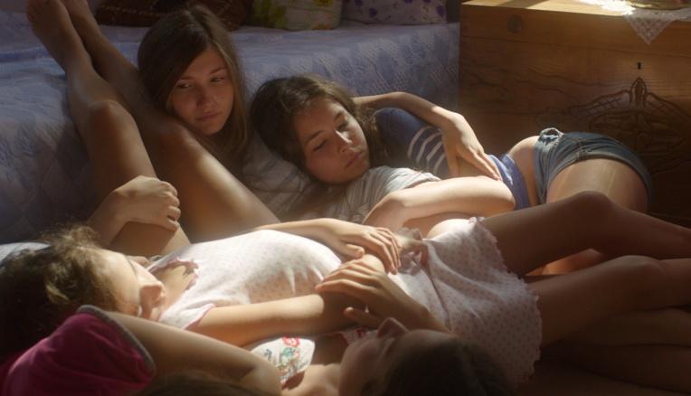 Mustang-bed-girls-laying-layda-Akdogan